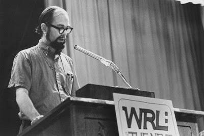 David McReynolds addresses a gathering of the War Resisters League, where, on the recommendation of Bayard Rustin, he worked late in his career, until his retirement in 1999. (THE NEW PRESS)